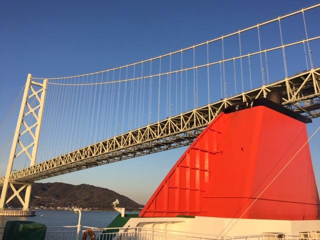 フェリーが大橋をくぐる