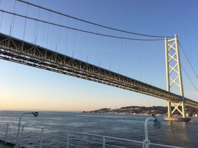 瀬戸内海航路からの大橋を見上げる